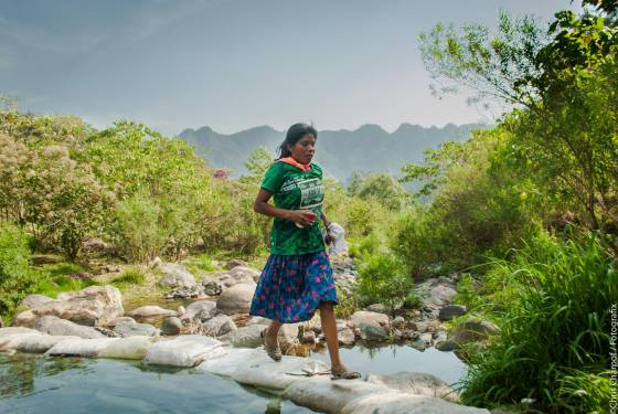 imagen de la joven corredora indígena
