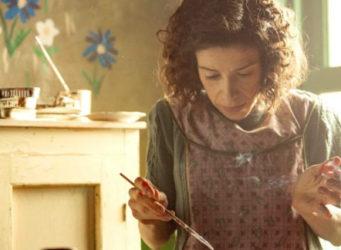 Fotograma de la película con la imagen de la pintora