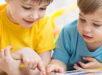 imagen de dos niños viendo un libro