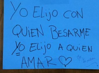 post it con la frase yo elijo con quien besarme