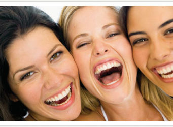 Tres jóvenes riendo