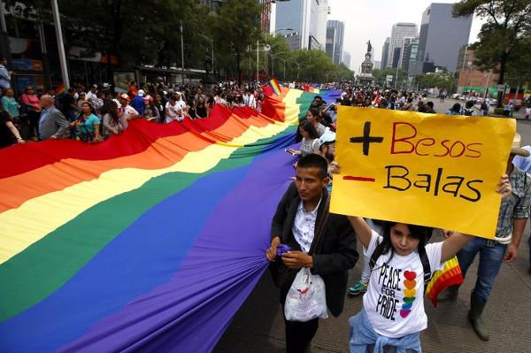 Imagen de una manifestación con la pancarta: mas besos menos balas