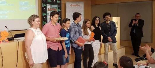 Alumnos y profesores recibiendo el premio