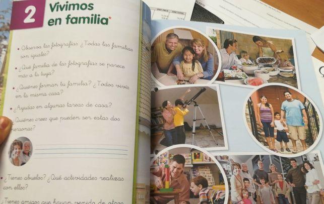 Imagen de un libro de texto con imágenes de la familia tradicional