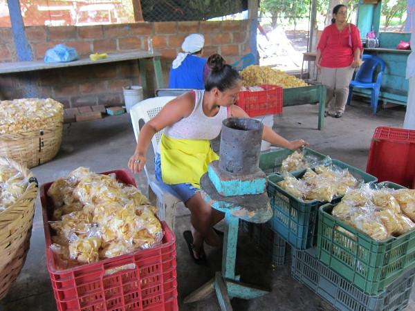 Imagen de una joven empaquetando patatas fritas
