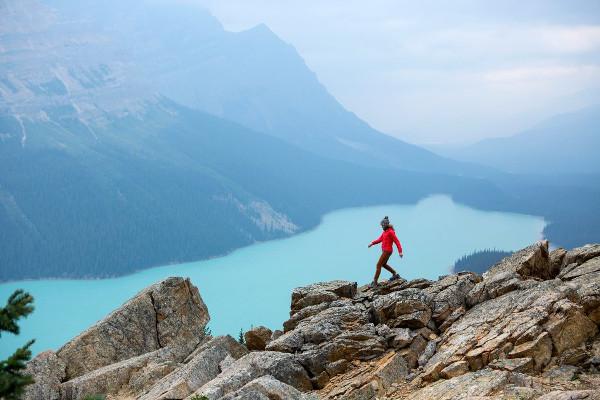imagen de una mujer sola en una montaña