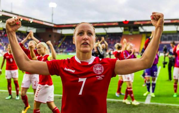 imagen de una jugadora celebrando un gol