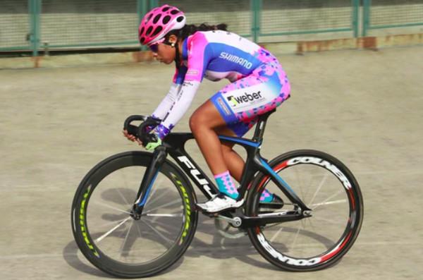 Imagen de la ciclista Maribel Aquirre sobre su bicicleta