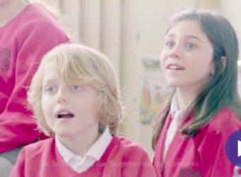 fotograma del vídeo de la clase de niños y niñas británicos