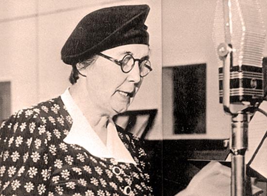 Imagen de Alicia Moreau hablando ante un micrófono