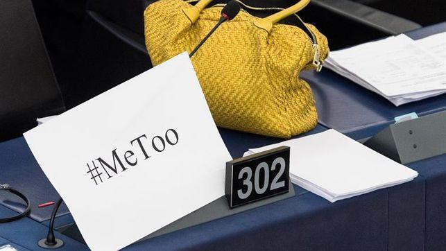 Imagen de la mesa de una parlamentaria con el cartel #MeToo