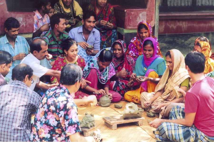 grupo de jóvenes indias que trabajan con Corr
