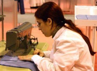 Una joven en una máquina de coser