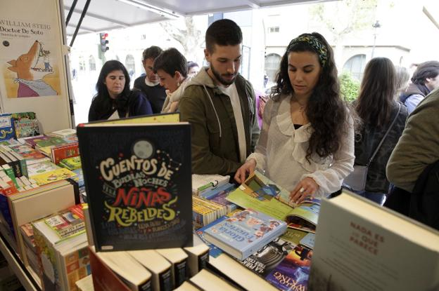 Imagen de una caseta de la Feria del Libro de Cáceres