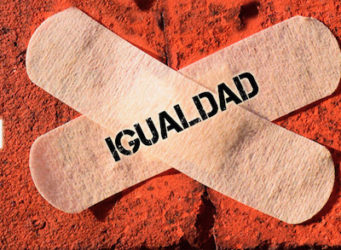 un cartel con dos tiritas tapando la herida de la igualdad