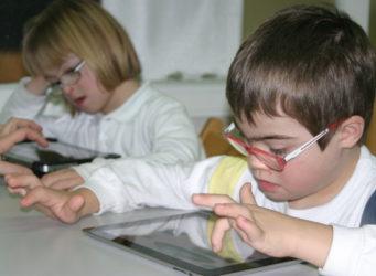 un niño y una niña con síndrome de Dawn