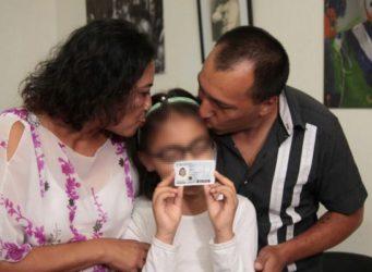 Imagen de la joven Tiziana con sus padres