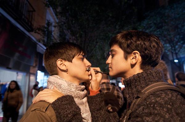 imagen de dos jóvenes pintándose la cara