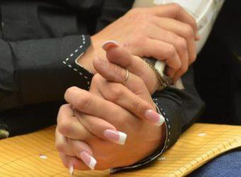 manos entrelazadas de dos mujeres