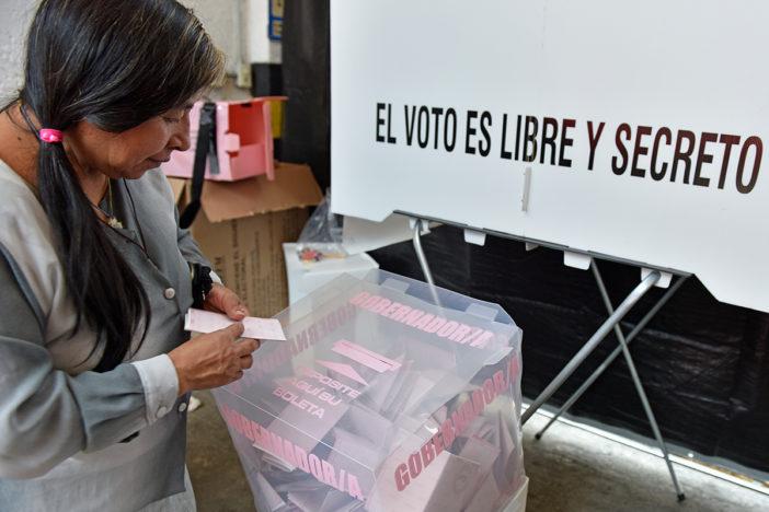 una mujer mexicana votando