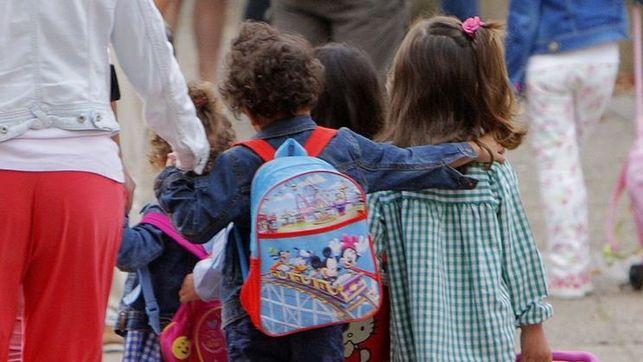 imagen de unos niños/as en un patio de colegio