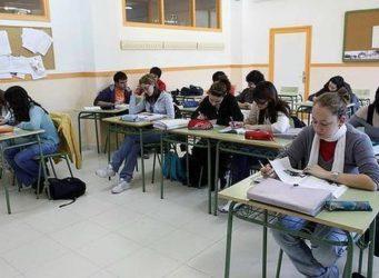 alumnos y alumnas en una clase de secundaria