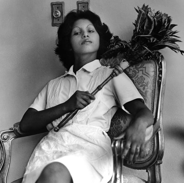 Una de las imágenes de la expisición, una joven criada con un plumero
