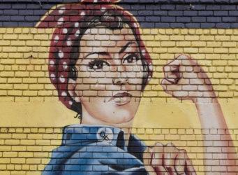 Graffiti feminista de una joven obrera