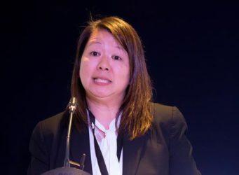 Imagen de una mujer hablando ante un micrófono