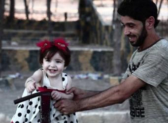 imagen de un hombre jugando con una niña