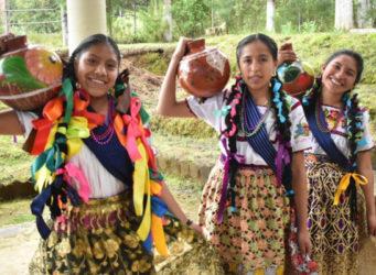 imagen de dos jóvenes indígenas mexicanas