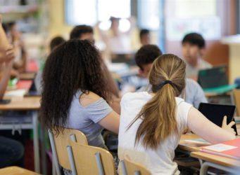 imagen de varios jóvenes en una clase