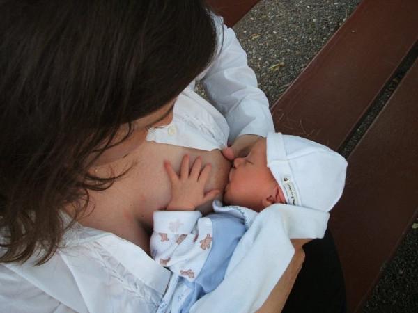 imagen de una medre dando el pecho a un bebé