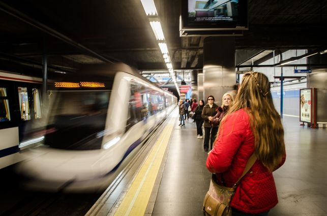 Mujer en estación de metro