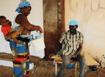 imagen de una joven de color con un niño hablando a un hombre