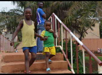 imagen de dos jóvenes cameruneses bajando la escalera que ha cambiado su vida