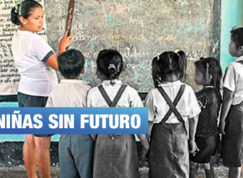 imagen de un grupo de niñas y su maestra