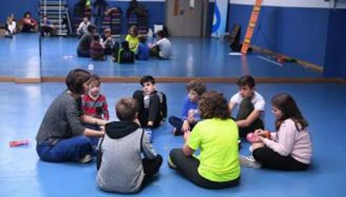 María Silveria con los niños/as del equipo Alquimia
