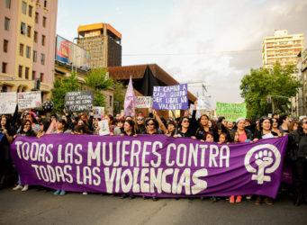 imagen de una manifestación femenina con una pancarta contra todas las violencias