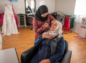 dos mujeres en un centro de belleza en Jordania