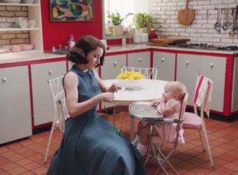 Fotograma de la serie Marvelous Mrs Maisel en la que la protagonista cuida a su bebé