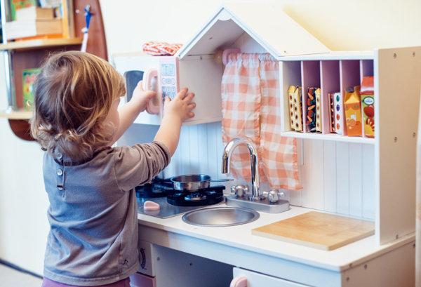 Imagen de una niña jugando a las cocinitas