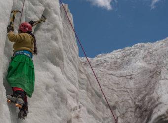Imagen de Dora Magueño escalando en hielo
