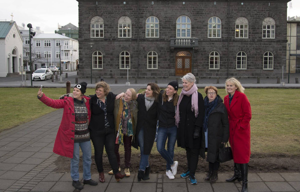 Un grupo de personajes femeninos relevantes ante su Parlamento