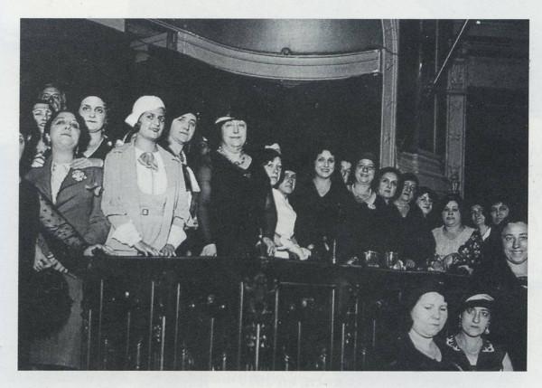 Carmen de Burgos (centro) en una conferencia contra la pena de muerte en el Ateneo de Madrid