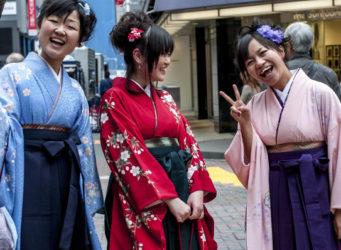 tres japonesas con vestidos tradicionales