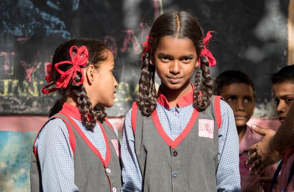 Imagen de dos alumnas de una escuela de Bombay