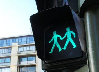 Imagen de un semáforo con dos figuras masculinas