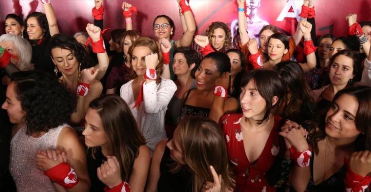 Imagen de las personalidades femeninas con el pañuelo de #yaeshora