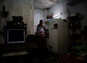 Una mujer en la cocina de su casa en La Habana